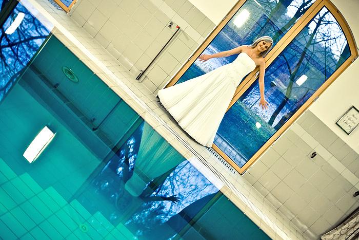 panna młoda w basenie