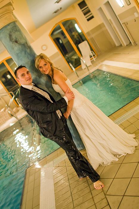 młoda para w basenie