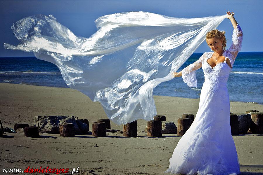 Piękna panna młoda na plaży